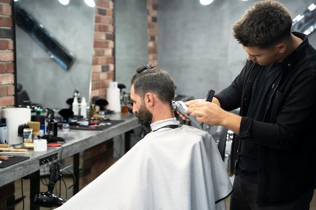 ミディアムショットの男が散髪