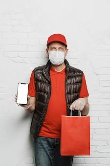 Средний выстрел мужчина держит сумку и телефон
