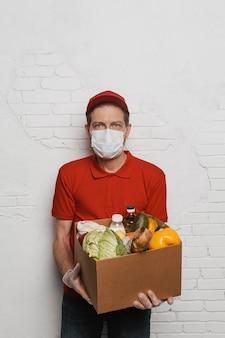 食べ物と箱を保持しているミディアムショットの男