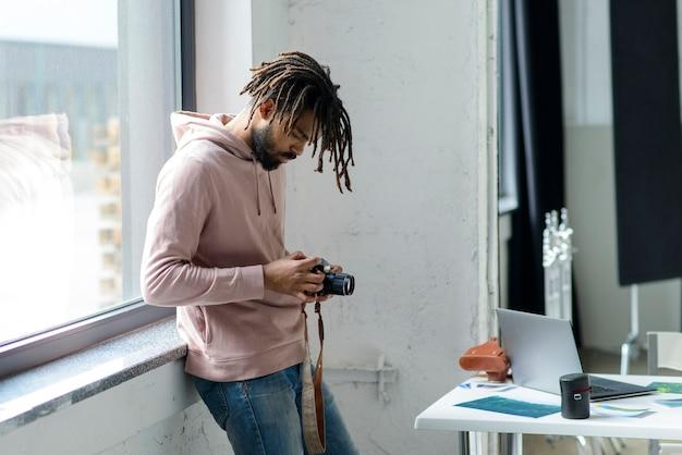 Средний снимок мужчина держит камеру
