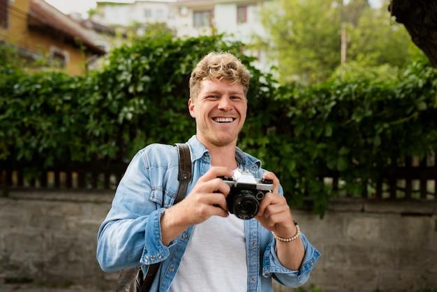 カメラを持っているミディアムショットの男