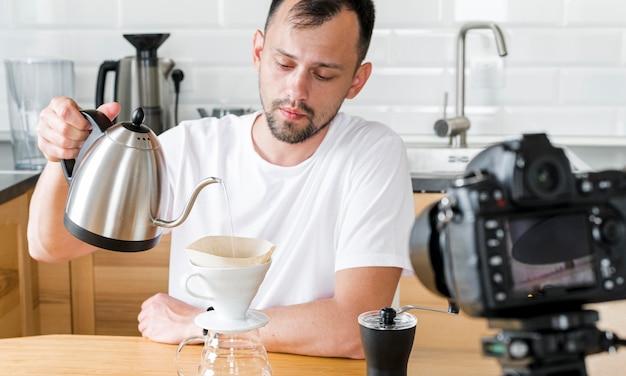 Средний выстрел мужчина держит чайник