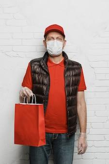 Uomo del colpo medio che tiene il sacchetto di carta