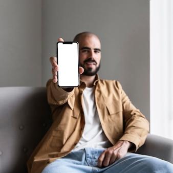 スマートフォンを持っているミディアムショットの男