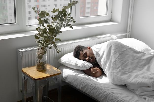 Colpo medio uomo a casa che dorme