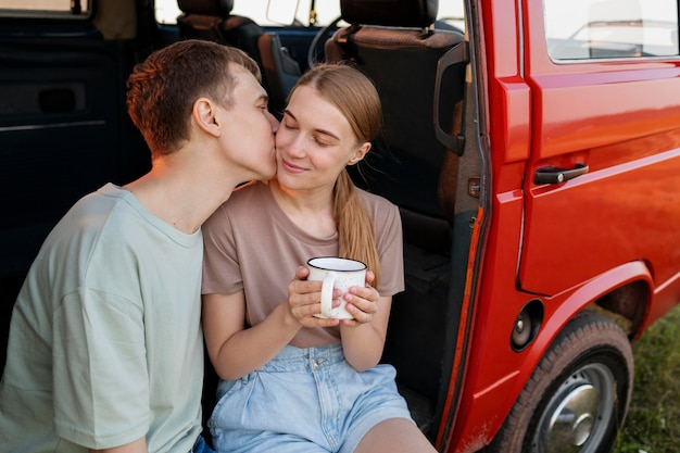 중간 샷 남자 뺨에 여자 키스