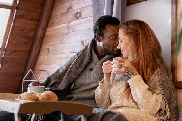 ミディアムショットの男が頬に女性にキス
