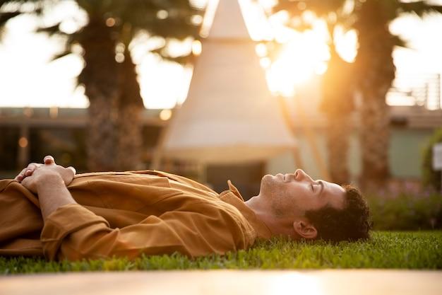 Средний выстрел человека, лежащего на траве