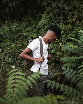 ミディアムショットの男探しと植物