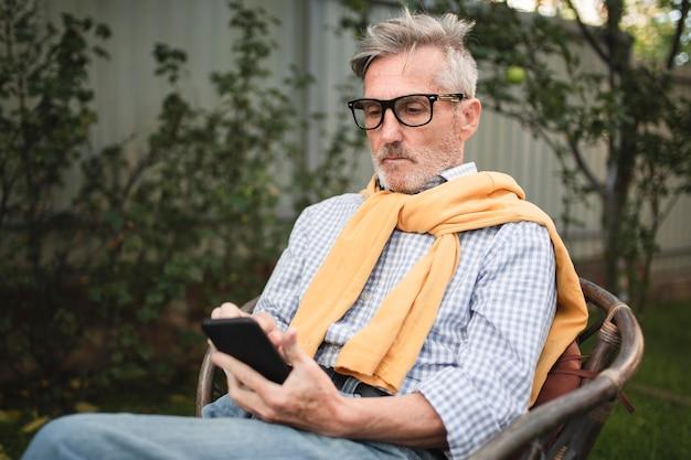 携帯電話を見てミディアムショットの男