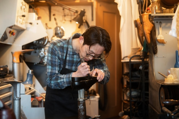 靴を作るミディアムショットの男