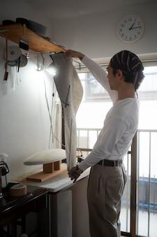 服を製造するミディアムショットの男