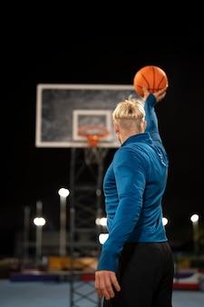 バスケットボールをするミディアムショットの男