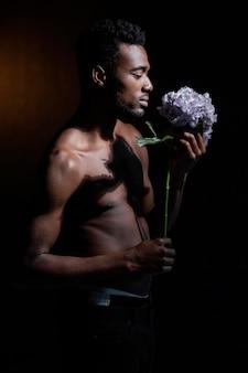 花でポーズをとるミディアムショットの男