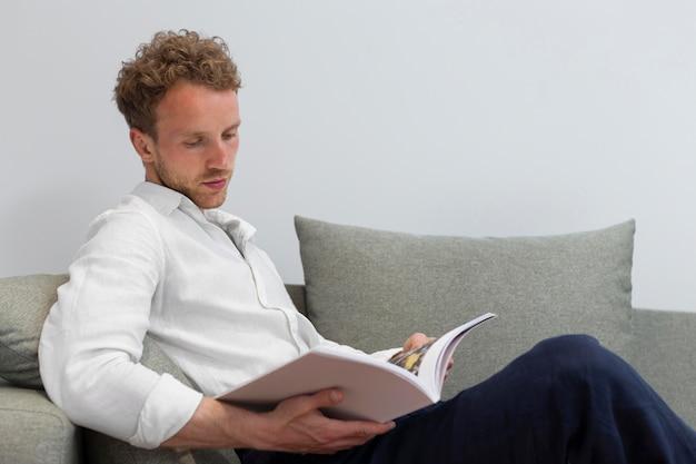 Libro di lettura uomo a tiro medio medium