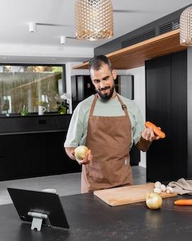 중간 샷 남자 요리 준비