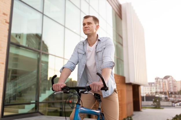 自転車に乗るミディアムショットの男