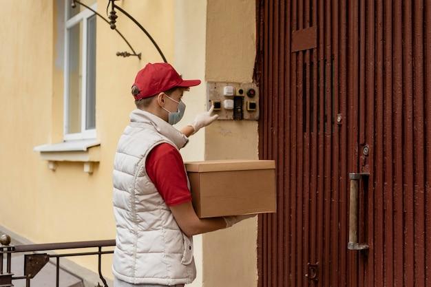 Мужчина среднего кадра звонит в дверь