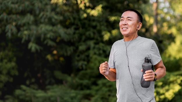 公園で走っているミディアムショットの男