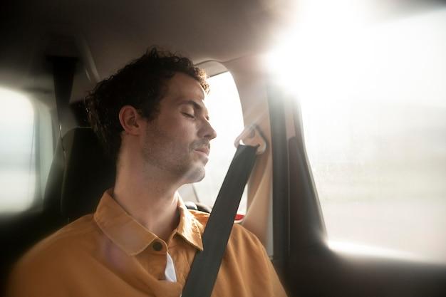Средний выстрел человек спит в машине