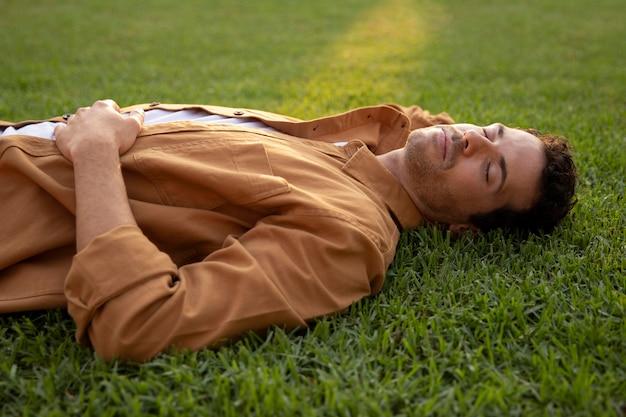 Средний выстрел человек спит на траве