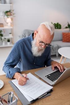 机で勉強しているミディアムショットの男
