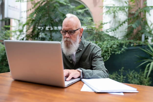 Uomo di tiro medio che studia con il dispositivo