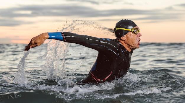 중간 샷 남자 수영