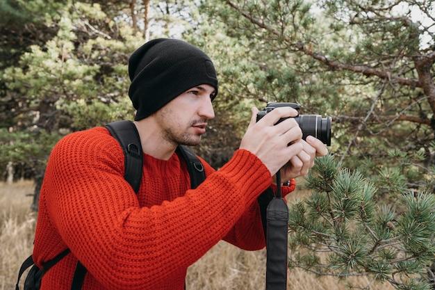 Человек среднего кадра фотографирует