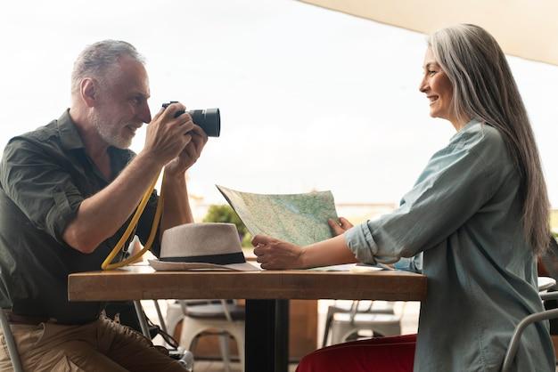 Средний снимок человека, делающего фотографии