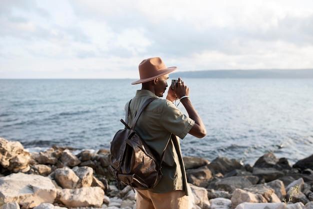 写真を撮るミディアムショットの男
