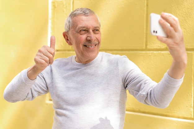 Средний снимок человека, делающего селфи