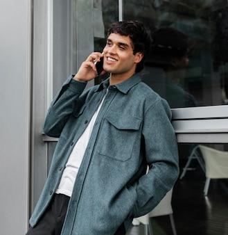 Средний выстрел человек разговаривает по телефону