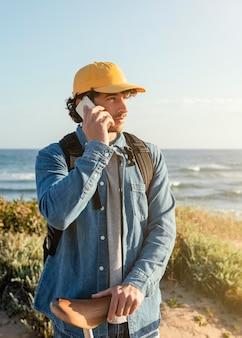 중간 샷 남자 전화 통화