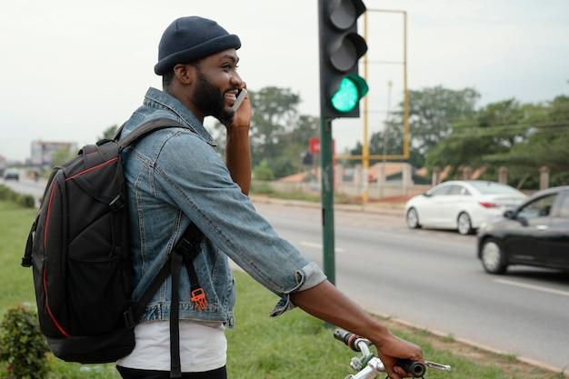 Uomo del colpo medio che parla sul telefono