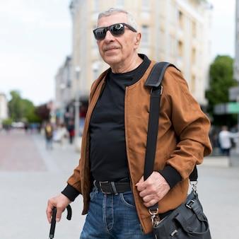 屋外を歩くミディアムショットの男