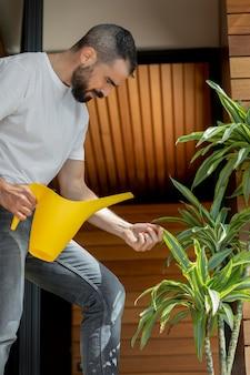 ミディアムショットの男散水植物