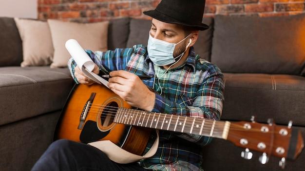 マスクを身に着けているミディアムショットの男