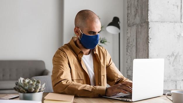 Средний выстрел человека в защитной маске