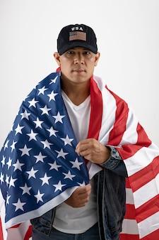 Мужчина среднего роста с американским флагом и шляпой
