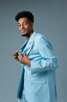 블루 재킷과 중간 샷 남자