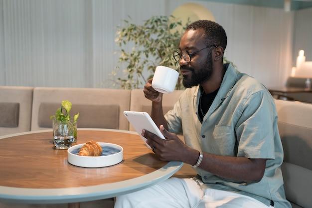 커피 컵을 든 미디엄 샷 남자