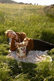 自然の中で犬とミディアムショットの男