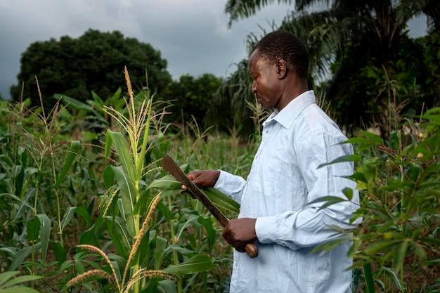 Uomo a tiro medio con attrezzo agricolo