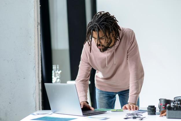Мужчина среднего роста с ноутбуком
