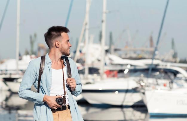 Средний снимок человека со старой камерой