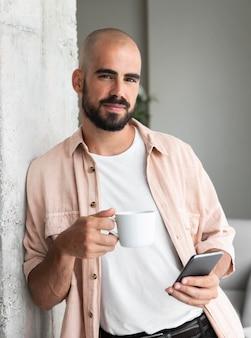 Средний снимок человека со смартфоном