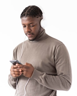 Uomo di tiro medio con smartphone