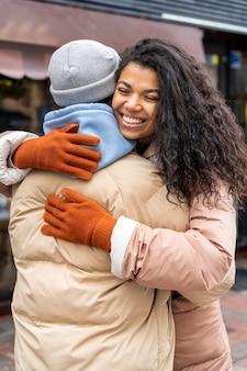 Uomo e donna che abbracciano il colpo medio