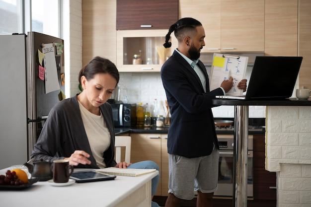 Colpo medio uomo e donna che lavorano